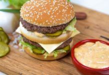 Although the Big Mac is a hamburger that is well known around the world, you probably don't know everything about its famous sauce yet. Big Mac Sauce Recipe, Sauce Recipes, Cooking Recipes, Ideal Protein Phase 1, Eucalyptus Citronné, Burger Cake, Types Of Sandwiches, Big Burgers, Chicken Patties