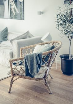 Ny favorit just nu. Living Room Grey, Living Room Interior, Home And Living, Scandi Home, Scandinavian Interior, Living Room Inspiration, Home Decor Inspiration, Snug Room, Beautiful Home Designs