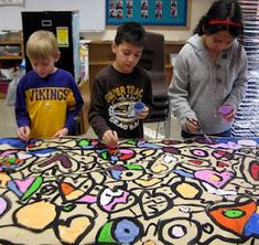 """Experiments in Art Education: Collaborative Mural Painting Simple """"rules"""" for no-fail mural painting. - maybe do a stars and stripes set of murals for Vet's day with grade. Group Art Projects, School Art Projects, Art Periods, Collaborative Art Projects, Gymnasium, Ecole Art, Middle School Art, Art School, Art Lessons Elementary"""