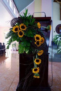 Modern Floral Arrangements, Creative Flower Arrangements, Christmas Flower Arrangements, Flowers Roses Bouquet, Altar Flowers, Flower Pens, Altar Decorations, Iglesias, Irises
