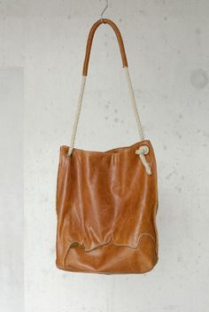 KP#1401 PLAY leather hobo. Beautiful organic tote in honey coloured natural leather. The off white stiching enhance the raw and sturdy style.