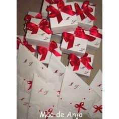 Qual mesa não ficaria linda com esta fofura em dose dupla? Guardanapos personalizados e caixas para bem casados feitos com muito carinho! 😍😍 #casamento2017 #noiva2017 #15anos #guardanapo #bemcasados #maodeanjo
