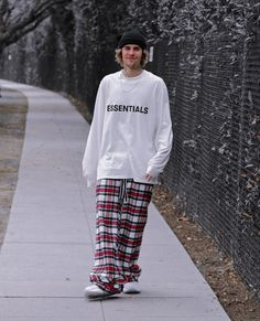 Justin Bieber Outfits, Justin Bieber Smile, Justin Bieber Pictures, Chill Style, Brooklyn Beckham, Pj Pants, Matthew Mcconaughey, White Boys, Look Fashion