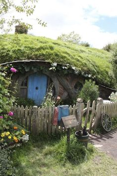The White Fiddle: Photo - Hobbit house with living roof Good House, Tiny House, Cosy Living, House Architecture Styles, Fairytale Cottage, Underground Homes, Unusual Homes, Earth Homes, Earthship