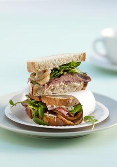 Sandwich met rosbief en gebakken ui
