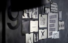Detalle de una pared de pizarra con inspiración en blanco y negro con cinta exxtraíble