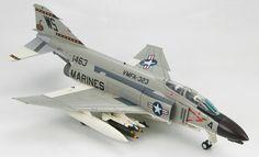 """Hobby Master - 1:72 Air Power Series    McDonnell Douglas F-4B Phantom II, VMFA-323 """"Death Rattlers"""", US Marines, Chu Lai AB, Vietnam 1967    Metall-Fertigmodell im Maßstab 1:72, Spannweite: 160mm, Länge: 250mm.    Fahrwerk kann wahlweise in Flug- oder Landeposition, Cockpithaube offen oder geschlossen dargestellt werden. Inklusive Aufstellständer."""