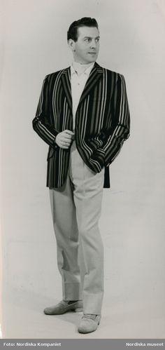 Modeteckning av man i gråbrun rock, randig slips, bruna