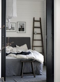 Landelijke Slaapkamer Van Stylist Pella Hedeby | Homease in Landelijke Slaapkamer Pella Hedeby, Bedtime Stories, Wall Treatments, Coups, Natural Living, Home Interior, White Paints, Ladder Decor, Modern
