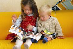 Inculcar a nuestros hijos el amor por la lectura quizá sea uno de los mejores regalos que podemos hacer. La lectura favorece un mejor desarrollo afectivo y psicológico en los niños, les da la oportunidad de experimentar sensaciones y sentimientos con los que disfrutan, maduran y aprenden; con los libros ríen, sueñan y viajan a otros mundos; comparten momentos gratos en familia reforzando así el vínculo con los padres... En definitiva, con la lectura los niños crecen en todos los sentidos.