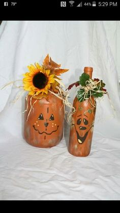 Hand painted scarecrow and pumpkin wine bottles Hand painted scarecrow and pumpkin wine bottles Source by auntvivie Wine Bottle Art, Painted Wine Bottles, Painted Jars, Wine Bottle Crafts, Mason Jar Crafts, Hand Painted, Wine Bottle Decorations, Halloween Wine Bottles, Mason Jars