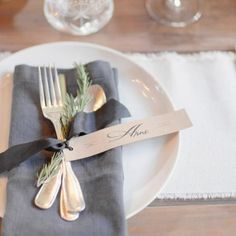 """INSPIRATION // #tablesetting #weddinginspiration #nametag #cutlery…"
