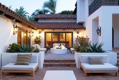 A Malibu Spanish-Style Home With Bold Accents. Patio backyard decor with fire pit Design Exterior, Interior And Exterior, Modern Exterior, Modern Patio, Spanish Exterior, Exterior Homes, Mansion Interior, Garden Modern, Exterior Paint