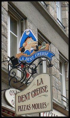Enseigne restaurant à St-Malo (Ille & Vilaine)ici j'ai y mangé des moules à la crème et des frites ...et puis du sidre glacé....mmmmm superbe!