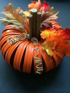 40 Adorable Diy Pumpkin Decorations Ideas To Beautify Your Home Décor Thanksgiving Crafts, Thanksgiving Decorations, Fall Crafts, Halloween Crafts, Holiday Crafts, Fall Decorations, Jar Lid Crafts, Mason Jar Crafts, Mason Jar Diy