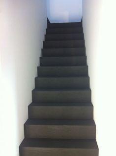 Klant blij gemaakt met stoere trap met betonstuc.