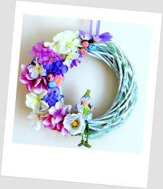 www.abgHomeArt.pl Ręcznie wykonany wianek wiosenny. Efektowna i wyjątkowo elegancka wielkanocna dekoracja, która pięknie przyozdobi drzwi, okno, czy też kominek, a także wprowadzi powiew wiosny.