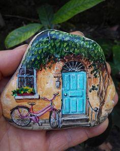 Yesil pencerenden bir gul at bana, İsiklarla dolsun kalbimin ici. Geldim iste mevsim gibi kapina, Gozlerimde bulut, saclarimda cig. #art #artist #drawing #illustration #tasboyama #rockpainting #pinkbicycle #olddoor #rosafahrrad #altetuer #pembebisiklet #ivy