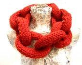 collier écharpe maillons en laine rouge la soeur de Christel : Echarpe, foulard, cravate par la-soeur-de-christel