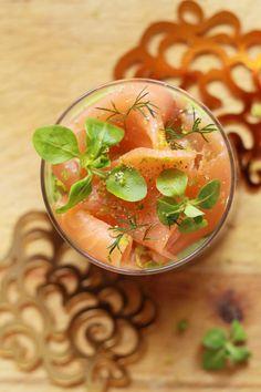 Verrines-de-noël,-saumon-fumé-et-crème-d'avocat-au-citron-vert