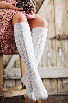 Dagens gratisoppskrift: Knestrømper med fletter | Strikkeoppskrift.com High Socks, 50th, Knitting, Crafts, Fashion, Threading, Moda, Tricot, La Mode