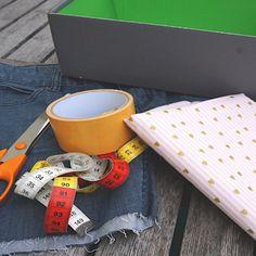 Alte Jeansstoffe können gut wiederverwendet werden. Diese Jeansschachteln sind ein echter Hingucker in jedem Kinder- und Jugendzimmerregal und praktisch zur Aufbewahrung von allerlei Dingen wie z.B. Spielzeug, Bastelutensilien oder auch Socken. Box, Mugs, Tableware, Old Jeans, Clearance Toys, Crafting, Kids, Snare Drum, Dinnerware
