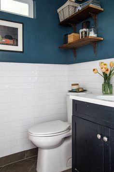 teal Bathroom Decor Allisons Silver Lake Charmer With a ViewSherwin Williams Tempe Star in the bathroom Bathroom Renos, Bathroom Renovations, Home Remodeling, Bathroom Ideas, Teal Walls, Dark Walls, Indian Home Decor, Silver Lake, Home Decor Kitchen
