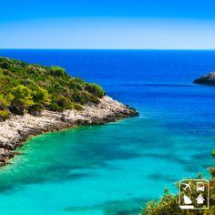Sabe onde nós queríamos estar agora? Em Korčula, um ilha da costa dálmata na Croácia! É inacreditável as cores desse marzão. O azul e verde se misturam e formam uma paisagem esplêndida! #Viagens #AmoViajar #ClubeTurismo #ClubePeloMundo