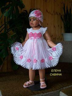 Magnifique robe blanche pour fillette , ornée de fleurs roses et de jolies bordures dentelle , trouvée sur le site de & Liveinternet.ru/users/4212630 & avec ses grilles gratuites . Bordures emmanchures . Fleurs roses .