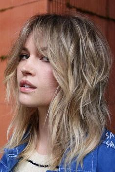 Blonde Messy Layeres With Long Bang blondehairstyles ★ Love medium layered haircuts? Lots of ideas for thin and thin hair, styles for straight and curly hair texture, trending hairstyles with bangs and many inspo cuts are here! Medium Length Hair Cuts With Layers, Layered Hair With Bangs, Curly Hair With Bangs, Medium Hair Cuts, Hairstyles With Bangs, Medium Hair Styles, Curly Hair Styles, Thin Hair, Easy Hairstyles