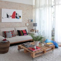 A lovely apartment, filled with natural textures and objects from all around the world. Take the tour. (in Portuguese)