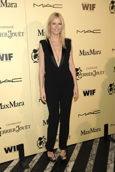 Gwyneth Paltrow con mono de escote pronunciado en negro de Boy. by Band of Outsiders.