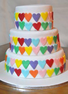 Bolo de noiva - corações coloridos.  Bolo de iogurte com compota de franboesa