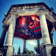 """Kiosco de Ciudad Guzmán, Jalisco y en su interior una réplica de """"El hombre en llamas"""" mural de Clemente Orozco."""