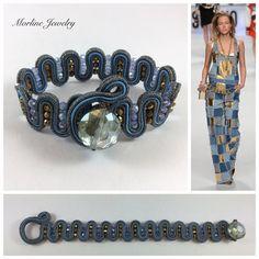 Morline Jewelry  Bracciale CRYSTAL BLUE Bracciale finemente lavorato a mano in tecnica soutache, composto da piattine in tonalità azzurro e azzurro-lamè, cristalli e conteria in tinta.