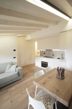 Wood, white and light – an irresistible trio - Modern Archi Design, Küchen Design, House Design, Style At Home, Modern Interior, Home Interior Design, Casa Milano, Mini Loft, Small Apartment Interior
