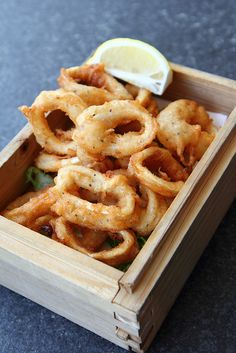 Agnese Italian Recipes: Crispy calamari is one of my favorite things in the world. Calamari Recipes, Fish Recipes, Seafood Recipes, Cooking Recipes, Squid Recipes, Think Food, I Love Food, Good Food, Yummy Food