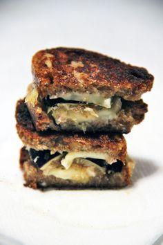Depuis ma première tentative degrilledcheeseàlafourmed'Ambert, il me tardait de tenter une nouvelle variante de cette spécialité américaine qui a conquis moncœurpour toujours. Pour ceux et celles qui ne connaissent pas, le grilled cheese c'est un peu l'alter ego US de notre bon vieux croque monsieur, sans le jambon mais avec encore plus de fromage. Et…