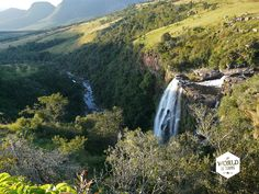 De rotspartijen die hoog boven ons uittorenen hebben een diepe terrarode kleur en de laagjes in het steen laten zien dat de geschiedenis de natuur hier zorgvuldig heeft opgebouwd. Tot die geschiedenis behoren stromende watervallen die hier al eeuwen naar beneden kletteren, Zulukoningen, Britten en Boeren die strijdden om grondgebied en olifanten die door de boomgaarden banjerden toen er nog geen hek om het Krugerpark stond.