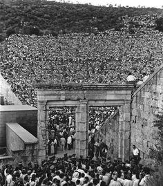 mini.press: Ιστορία-Κυριακή 11 Σεπτεμβρίου 1938 «Ανέζησε η Σοφόκλειος Τραγωδία, ανέζησε η Ηλέκτρα εμπρός εις το πολυάριθμον κοινόν που εξεκίνησε όχι μόνον από τας Αθήνας δια να παρακολουθήση την υψηλήν αυτήν μυσταγωγίαν αλλά και από πολλάς γειτονικάς της Επιδαύρου γωνίας της Πελοπονήσσου». Τη διοργάνωση της ιστορικής παράστασης είχε αναλάβει η Περιηγητική Λέσχη, με στόχο την καθιέρωση, στη συνέχεια, «σεζόν Επιδαύρου» αλλά η κήρυξη του Β' Παγκοσμίου Πολέμου και ο Εμφύλιος Πόλεμος που θα…