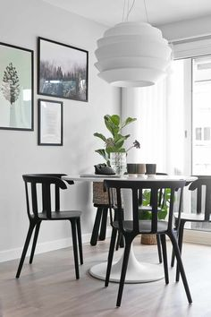 Livingroom styling by Linda Elmin/Hviitblogg.no Kristiansand, Dining Room, Dining Table, Living Room Modern, Hygge, My Room, Building A House, Pure Products, Black And White