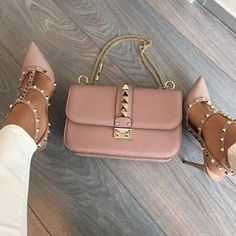 Fricken LOVE those shoes in this color annnnd paired with that bag. Valentinooo ♥
