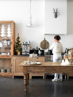Binnenkijken bij Babs & Wim www. Home Decor Kitchen, Rustic Kitchen, New Kitchen, Home Kitchens, Kitchen Design, Kitchen Prep Table, Antique Kitchen Island, Wooden Kitchen, Kitchen Furniture