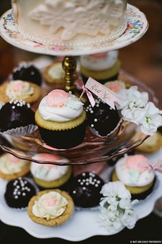 Eat me! Vintage Alice in Wonderland cupcakes and desserts
