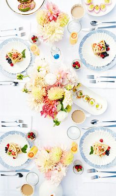 Swooning over this brunch setup with mini waffles, mimosas, and beautiful bouquets of dahlias. #ad #tablescape