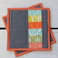 This quilted potholder tutorial uses stacked coins to create modern potholders perfect for any kitchen. These would also make cute placemats or mug rugs! | SimplyNotable.com