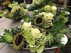 herfststuk met zonnebloem-pompoen-rozen en hortensia