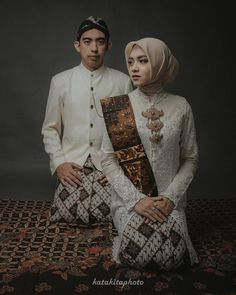 Every picture tells a story. As for this one, we can tell that the couple acknowledge their Pre Wedding Poses, Pre Wedding Photoshoot, Wedding Couples, Wedding Ideas, Javanese Wedding, Indonesian Wedding, Muslimah Wedding Dress, Foto Wedding, Wedding Photography Poses