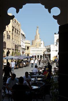 Souq Waqif, Doha Qatar. Catar, escrito Qatar según la nomenclatura de la ONU, es un emirato del Oriente Medio ubicado en una pequeña península en el golfo Pérsico. Es el segundo país de menor extensión del golfo, después de Baréin.