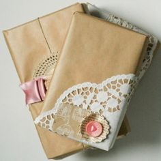 Vintage gift wrapping - Paper doilies add a shabby touch Gift Wraping, Present Wrapping, Creative Gift Wrapping, Wrapping Ideas, Creative Gifts, Cute Gifts, Diy Gifts, Handmade Gifts, Wrap Gifts